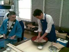 蕎麦打ちに挑戦する野上浩太郎