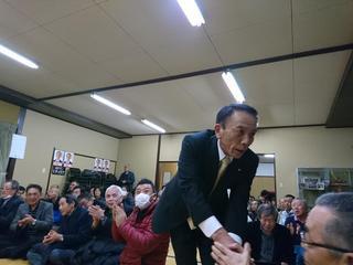 当選を決め支援者と握手