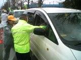 交通安全を呼びかける協会員