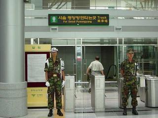 兵士が立つ都羅山駅改札